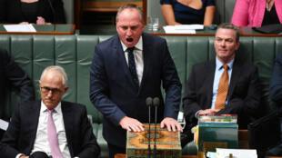 Barnaby Joyce (c) debió renunciar a su cargo en el poder ejecutivo por las presiones de escándalos sexuales en los que se encuentra involucrado