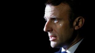 Macron-fond-noir-m