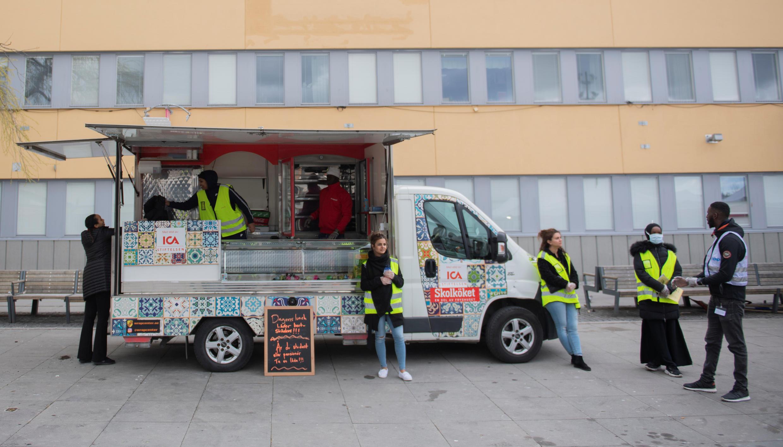 متطوعون يوزعون غذاء مجانيا خلال حملة لنشر التوعية حول فيروس كورونا في السويد، 12 أبريل 2020