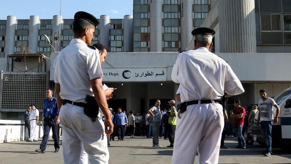 عناصر من الشرطة المصرية أمام مستشفى في ضواحي القاهرة في 26 أيار/مايو 2017.