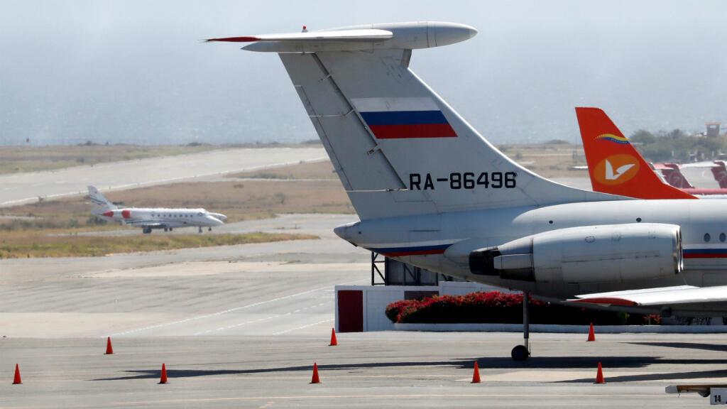 Un avión con la bandera rusa se ve en el Aeropuerto Internacional Simón Bolívar en Caracas, Venezuela, 24 de marzo de 2019.