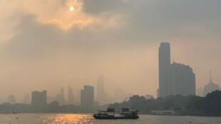 Bangkok embuée dans un sévère épisode de pollution atmosphérique, le 14 janvier 2018.