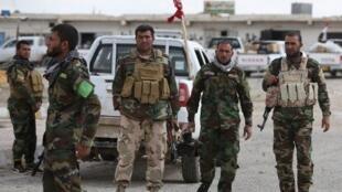 مقاتلون عراقيون في شمال تكريت في 22 آذار/مارس 2015