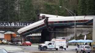 Un tren de pasajeros de Amtrak se descarriló en un puente sobre la carretera interestatal I-5 en DuPont, Washington, EE. UU., el lunes 18 de diciembre.