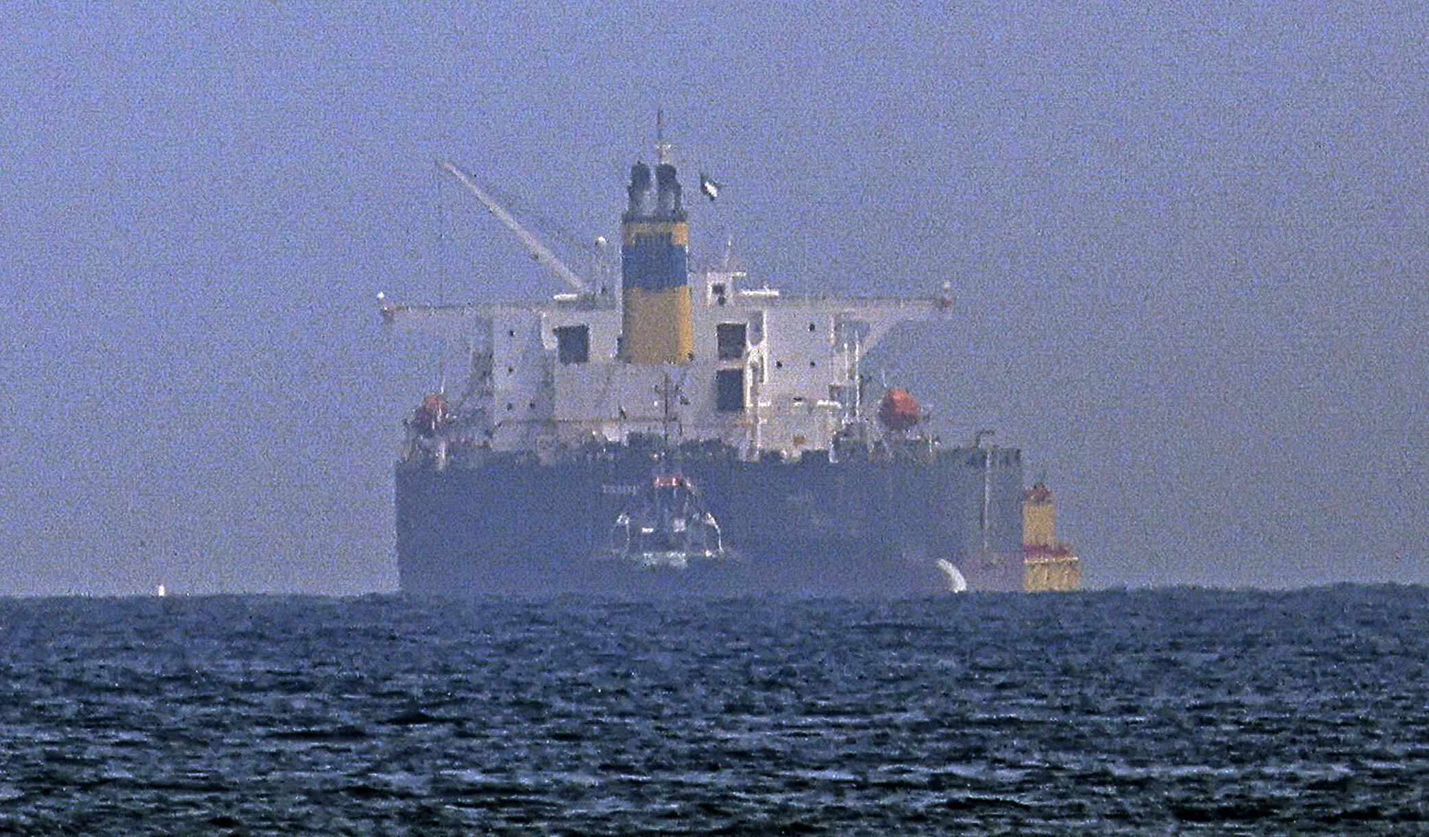 """ناقلة النفط """"أم/تي ميرسر ستريت"""" التي يشغّلها رجل أعمال إسرائيلي وتعرضت لهجوم قبالة سواحل عمان تصل إلى مرفأ الفجيرة الإماراتي في 3 آب/أغسطس 2021"""