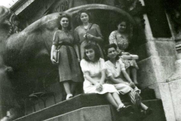 Louise et ses amies du lycée Victor Hugo, place de la République, à Paris.