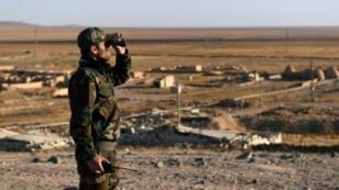 عنصر من القوات السورية الموالية للنظام في محافظة إدلب في 11 تشرين الثاني/نوفمبر 2017.
