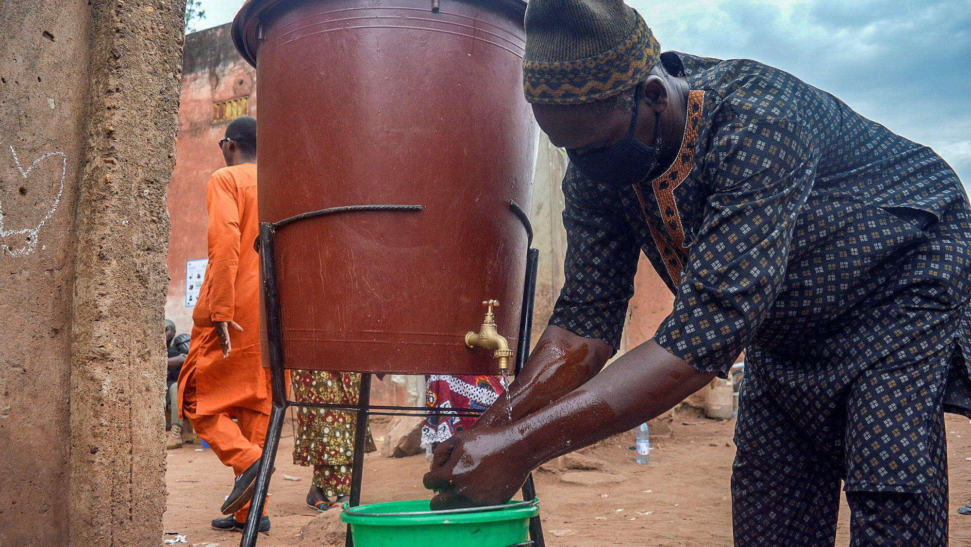 Un hombre se lava las manos antes de entrar a votar en Bamako, durante la primera vuelta de las elecciones parlamentarias en Mali, el 29 de marzo de 2020.