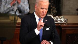 Le président Joe Biden s'adressant au Congrès, avec la vice-présidente Kamala Harris et Nancy Pelosi, la présidente de la Chambre des représentants le 28 avril 2021 à Washington