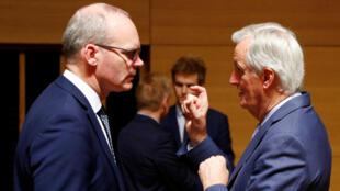 El negociador jefe de Brexit de la UE, Michel Barnier, conversa con el ministro de Asuntos Exteriores irlandés, Simon Coveney, durante el Consejo de Asuntos Generales sobre el estado del Brexit, en Luxemburgo, el 15 de octubre de 2019.
