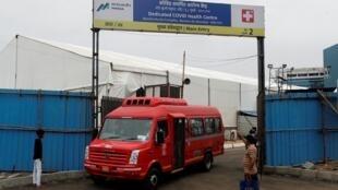 سيارة إسعاف تغادر مستشفى ميدانيا بمدينة مومباي الهندية لنقل مصابين بفيروس كورونا تحسبا لوصول الإعصار نيسارغا، 2 يونيو/حزيران 2020.