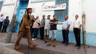 Votantes cerca de un colegio electoral durante las elecciones legislativas en Túnez, Túnez, el 6 de octubre de 2018.