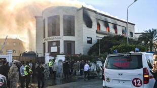 Des ambulanciers sur place après l'attaque du ministère libyen des Affaires étrangères à Tripoli le 25 décembre.