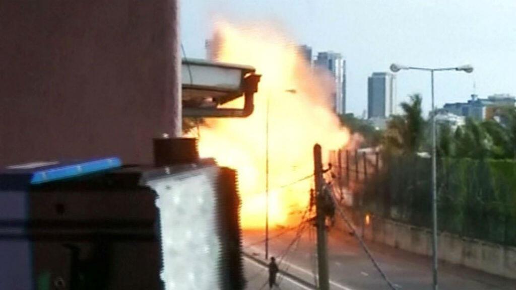 Capura de pantalla de la explosión dentro de una camioneta cerca de la Iglesia de San Antonio cuando los oficiales del escuadrón de bombas intentaron desactivarla. 22 de abril de 2019