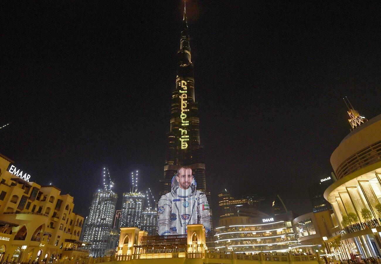 عرض ضوئي على برج خليفة في دبي تزامنا مع انطلاق هزاع المنصوري إلى محطة الفضاء الدولية- 2019/09/25.