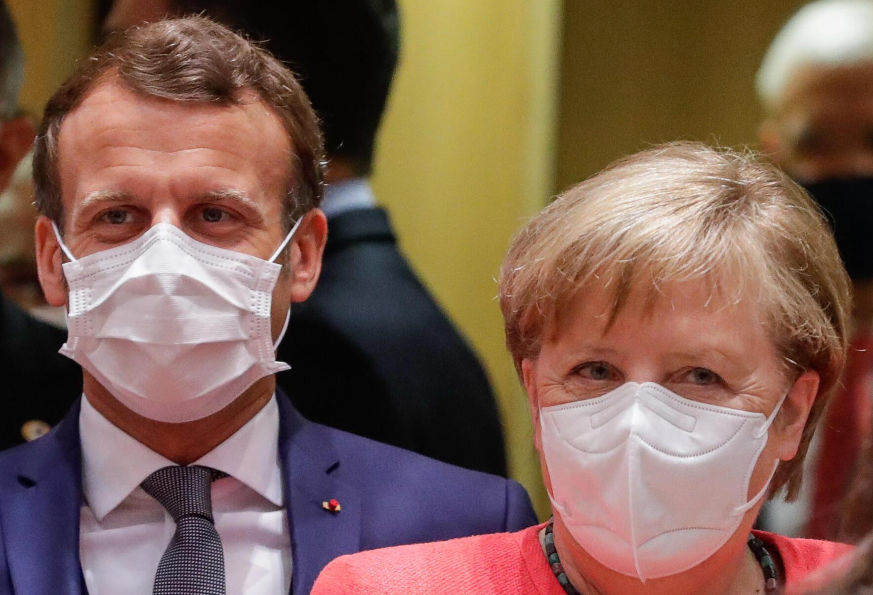 Emmanuel Macron et Angela Merkel réunis à Bruxelles pour trouver un accord sur le plan de relance de l'UE, le 17 juillet 2020.