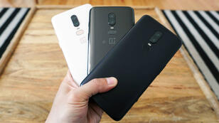 Le OnePlus 6 dans ses trois coloris différents.