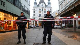 Oficiales de policía aseguran el área en el lugar de un tiroteo en el centro de Viena , Austria, el 21 de diciembre de 2018.
