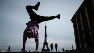 Le freerunner Johan Tonnoir s'entraîne au Trocadero, la Tour Eiffel en arrière-plan, le 11 mai 2020 à Paris