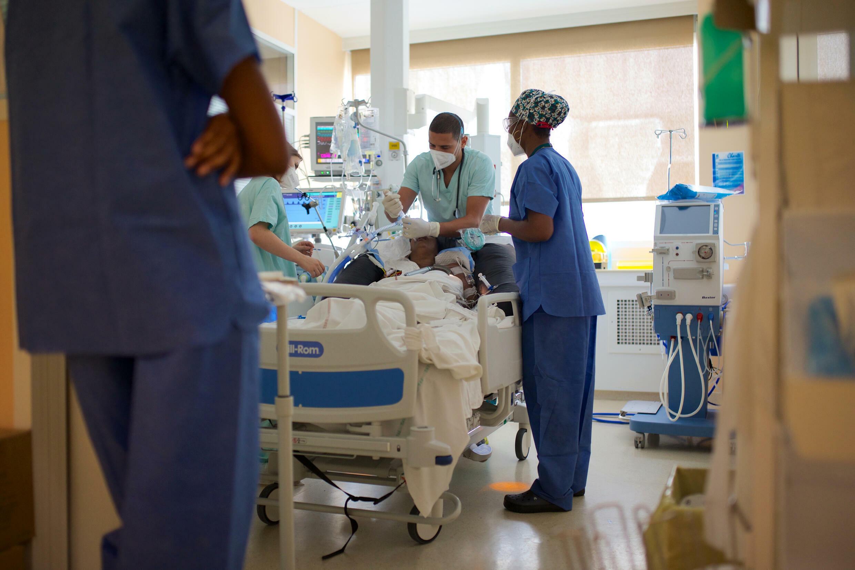 Des soignants s'occupent d'un patient atteint du Covid-19 dans l'unité de soins intensifs de l'hôpital Les Abymes, le 6 août 2021 à Pointe-à-Pitre, en Guadeloupe.