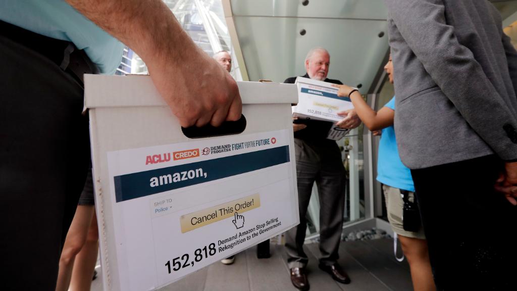 Activistas se muestran contrarios al sistema de reconocimiento facial de Amazon, Rekognition.