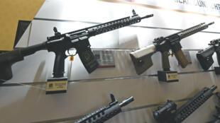 Des fusils automatiques en vente lors d'une foire aux armes à Las Vegas, un an avant la tuerie du 2 octobre 2017.