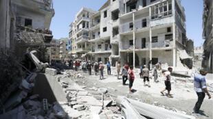 Des habitants inspectent le site d'une attaque aérienne dans la ville d'Ariha, dans le sud de la province d'Idleb, le 28 juillet 2019.