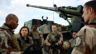 Le général Jean-Marc Vigilant (gauche) et la ministre française des Armées, Florence Parly, le 9 février près d'Al-Qaim, en Irak.
