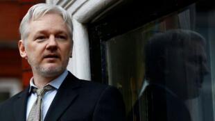 El fundador de Wikileaks, Julian Assange, habla al frente de la embajada ecuatoriana en Londres, Inglaterra (Imagen de archivo).