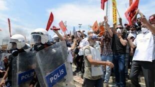 Policía abandonando el parque Gezi en 2013