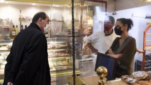 Le Premier ministre Jean Castex s'adresse à des commerçants lors d'une visite à Crozon (ouest) le 20 novembre 2020