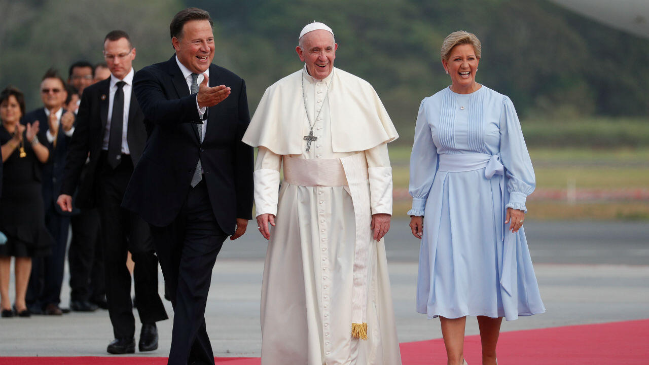 El papa Francisco habla con el Presidente Juan Carlos Varela y su esposa Lorena Castillo en el aeropuerto de Tocumen en la ciudad de Panamá, Panamá, 23 de enero de 2019.