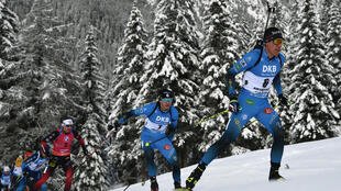 Les biathlètes français Quentin Fillon-Maillet  (d) et Emilien Jacquelin (c) lors de la mass start 15 km d'Antholz-Anterselva, en Italie, le 24 janvier 2021