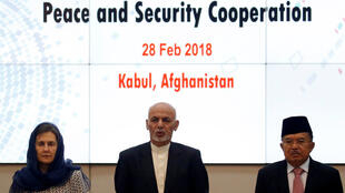 El presidente afgano, Ashraf Ghani, el vicepresidente de Indonesia, Muhammad Jusuf Kalla, y la primera dama de Afganistán, Rula Ghani, en una conferencia de cooperación en materia de paz y seguridad en Kabul, Afganistán, el 28 de febrero de 2018.