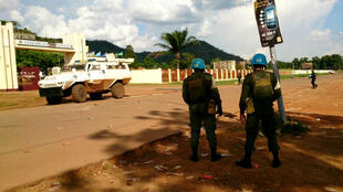 Des casques bleus sécurisent les bâtiments de l'Assemblée nationale à Bangui, alors que des tirs viennent de retentir en marge de la clôture du Forum de Bangui.