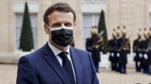 Emmanuel Macron avant une rencontre avec le président serbe au palais présidentiel de l'Élysée à Paris, le 1er février 2021.