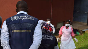 Des membres de l'OMS s'entretiennent avec des soignants de l'hôpital de Bwera, en Ouganda, près de la frontière congolaise, le 12 juin 2019.