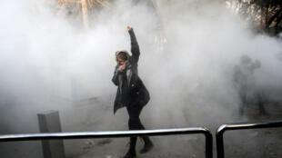 Une jeune manifestante contre le pouvoir à l'université de Téhéran, le 30 décembre 2017