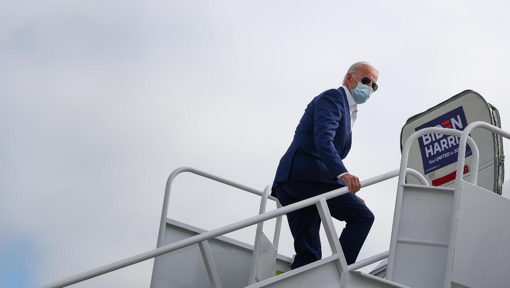 El candidato presidencial demócrata de Estados Unidos, Joe Biden, aborda su avión de campaña antes de un viaje a Florida, en el aeropuerto del condado de New Castle, en New Castle, Delaware, EE. UU., 13 de octubre de 2020.