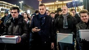 ألكسي نافالني وأنصاره خلال مظاهرة في موسكو، ديسمبر/كانون الأول 2017