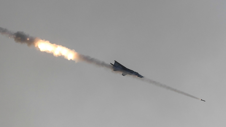 Un avión de combate de la Fuerza Aérea de la India (IAF, por sus siglas en inglés) dispara misiles contra objetivos ficticios durante la demostración en Pokharan, en el estado de Rajasthan, el 16 de febrero de 2019.