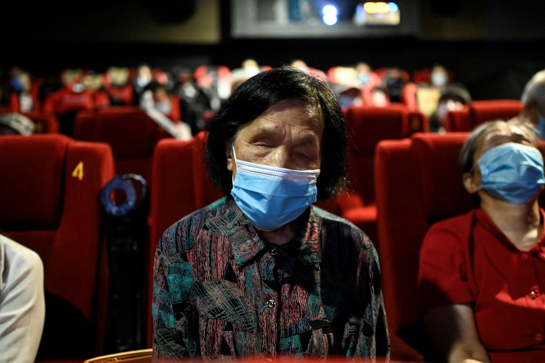 解说员告诉电影观众屏幕上发生的事情,包括面部表情、不言而喻的手势、设置和服装