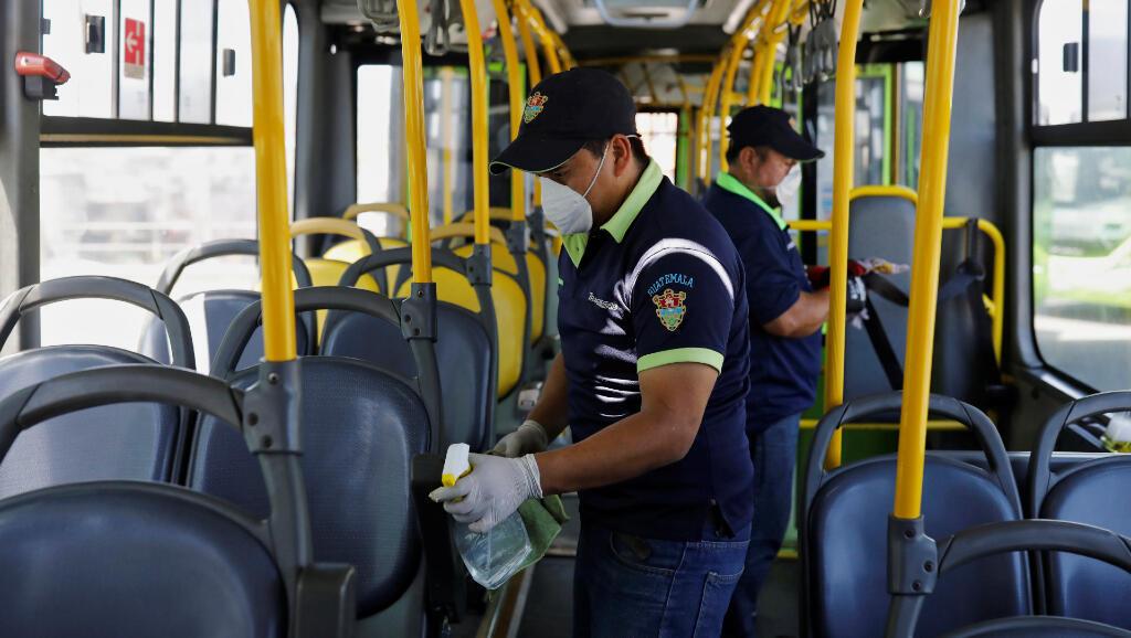 Otra de las medidas del Gobierno de Guatemala fue enviar personal para descontaminar los buses públicos, como se ve en la imagen capturada en Ciudad de Guatemala, el 15 de marzo.