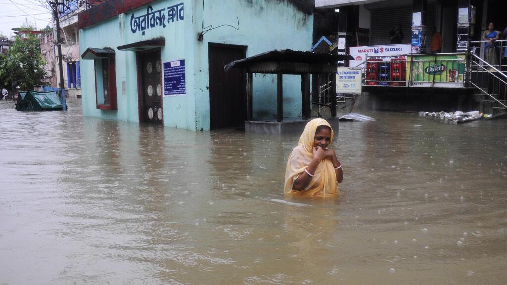 Al menos 221 personas han muerto y más de 1,5 millones han sido desplazadas por las inundaciones del Monzón en la India, Nepal y Bangladesh el 17 de agosto de 2017.