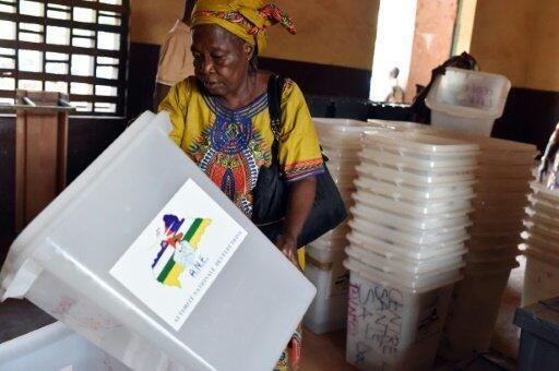 تفقد الصناديق الانتخابية في مركز اقتراع في بانغي في 29 كانون الأول/ديسمبر 2015