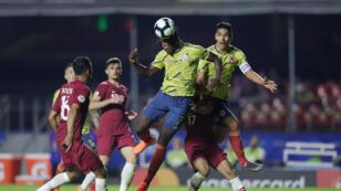 Duvan Zapata de Colombia marca su primer gol frente a Qatar, Estadio Morumbi, Sao Paulo, Brasil, el 19 de junio de 2019.