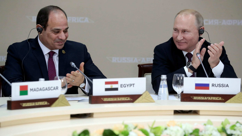 El presidente egipcio, Abdelfatah Al-Sisi (izq), y el presidente ruso, Vladimir Putin, (der) durante un almuerzo en la cumbre Rusia-África celebrada en Sochi, Rusia, el 23 de octubre de 2019.