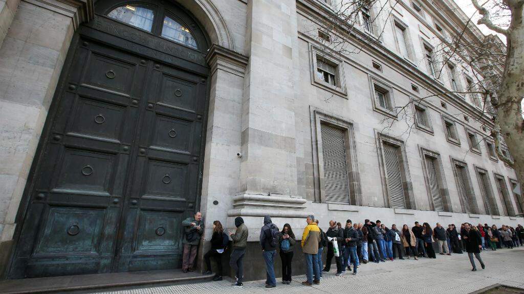 La gente hace fila fuera del Banco Nacional argentino antes de su apertura, en Buenos Aires, Argentina el 2 de septiembre de 2019.