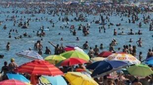 Des baigneurs se rafraichissent à la plage, photo du 4 août 2017 au Canet-en-Roussillon