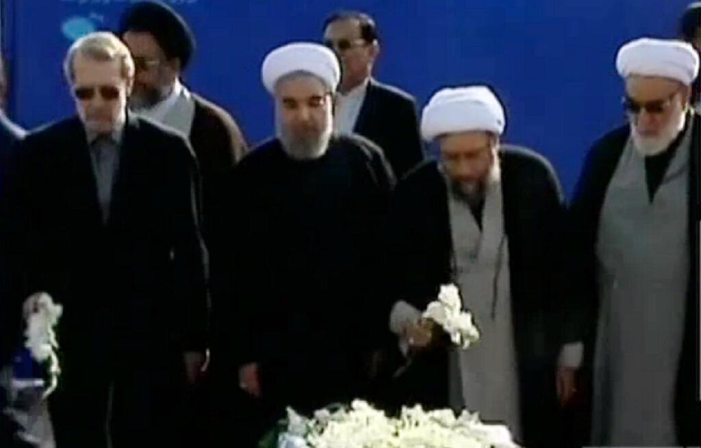 كان في استقبال الجثث الرئيس حسن روحاني وأعضاء الحكومة وعدد من المسؤولين السياسيين والعسكريين
